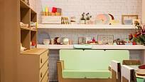 Děti mohou v pokojíku sedět na papírovém nábytku.