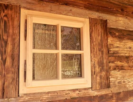 Okna představují výrazný architektonický prvek.