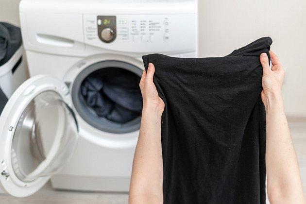 Černé či tmavé prádlo bychom neměli sušit na slunci.