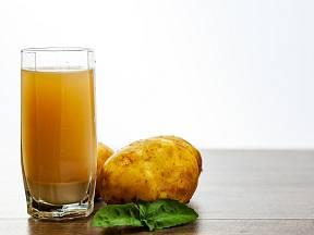 Šťáva z brambor působí proti zánětům v těle, pomáhá při artritidě a bolestech kloubů.