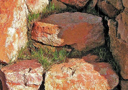 schody z nahrubo opracovaného kamene
