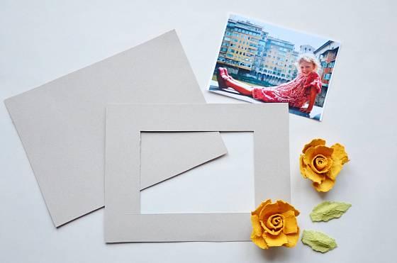 Z papírové krabice si podle velikosti fotografie vystřihneme (vyřízneme) rámeček