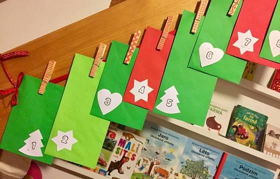 Očíslované obálky zavěšujeme kolíčky na stužku.