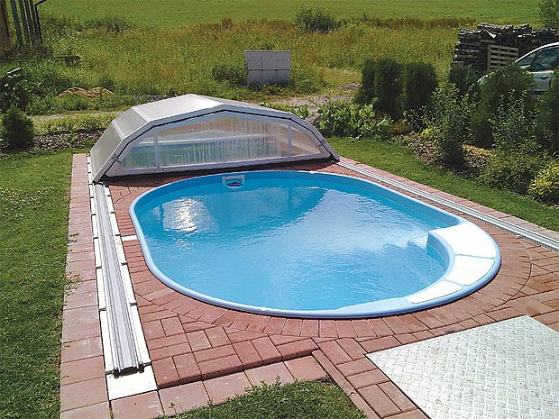 protiskluzové dlaždice kolem bazénu