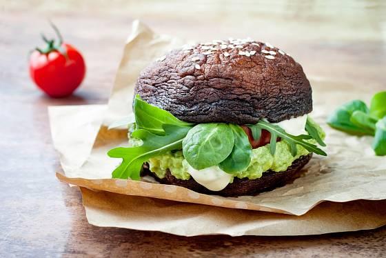 Portobello burger můžete připravit i bezlepkově, s masem i bez něj, třeba s avokádovou pastou.