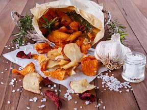 Chipsy dochuťte solí a kořením