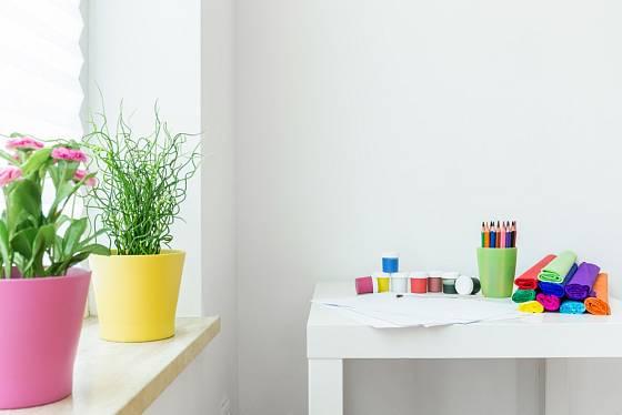 Do dětského pokoje patří veselé barvy, proto pokojové rostliny vkládejte do barevných obalů.