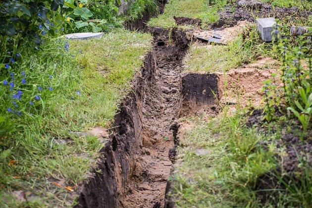 Těžké, jílovité a zhutněné půdě mohou prospět drenážní příkopy