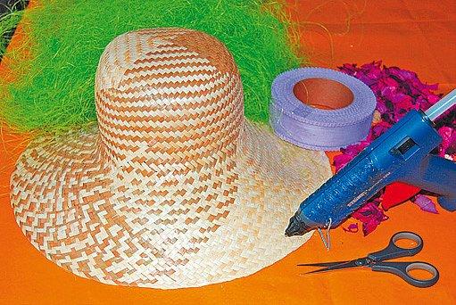 pomůcky pro ozdobení klobouku