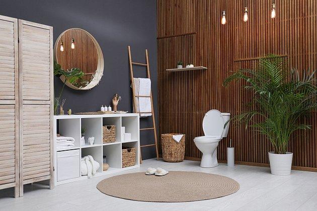 Další ukázka tvořivosti a minimalismu - levný nábytek, zrcadlo a barvy