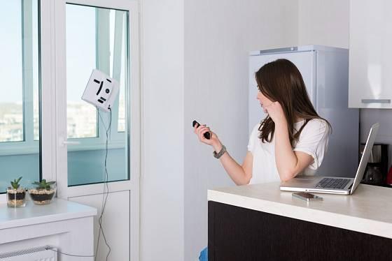 Pohodlné mytí oken obstará robotický čistič.