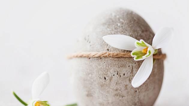 sněženka na vajíčku vyrobeném z betonu