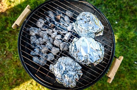 Alobal využijete při pečení na grilu, ale i při jeho následném čištění