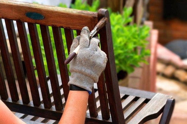 Nábytek z teakového dřeva je důležité pravidelně ošetřovat teakovým olejem.