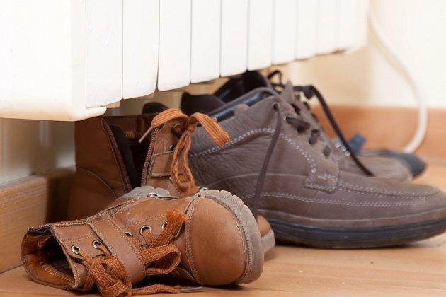 Sušíte-li boty u topení, dbejte, ať drží svůj tvar.