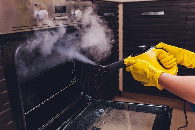 K čištění trouby můžeme využít také parní čistič.