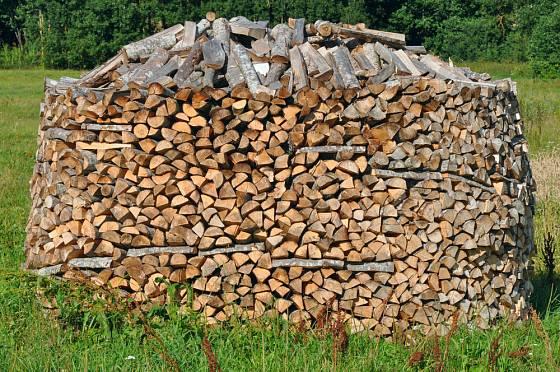 Dřevo na topení vyskládané do ježka