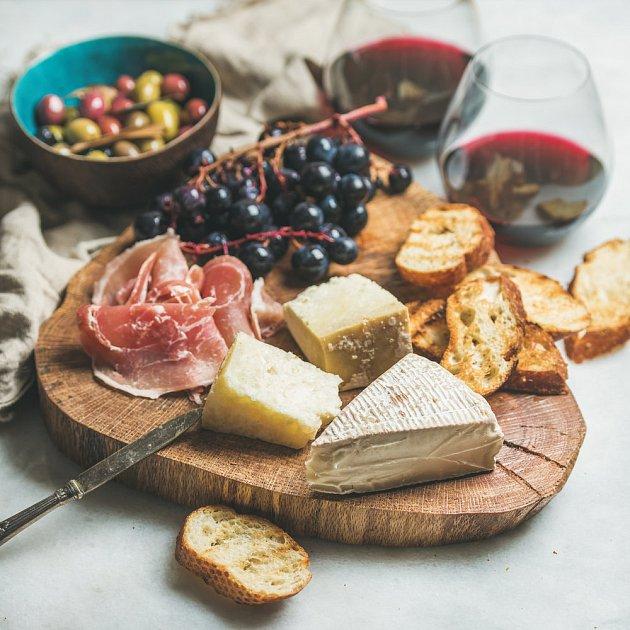 Hroznové víno se skvěle doplňuje s tučnými sýry.