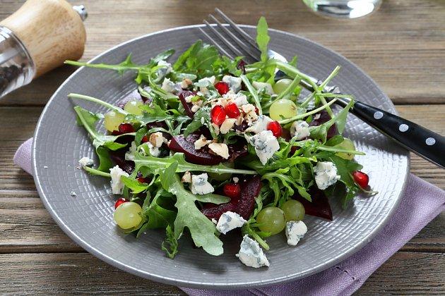 •Salát z červené řepy s kozím sýrem a rukolou není jen luxusní večeří, ale především zdravou bombou