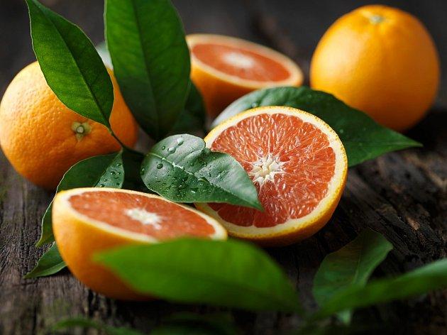 Nejen, že pomerančová kůra dodává pokrmům jedinečnou příchuť a úžasnou vůni, která se rozvine zvlášť u pečení, ale také má řadu využití v péči o naše zdraví