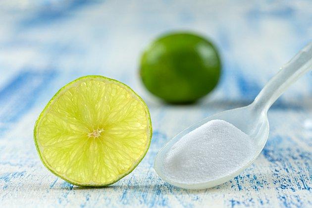 Citron a jedlá soda dokonale vybělí prádlo.