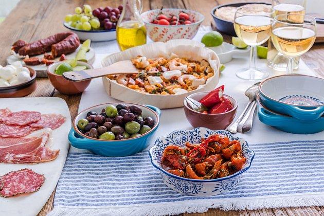 Na španělském stole bývá z čeho vybírat. Oblíbené jsou jednohubky - tapas.