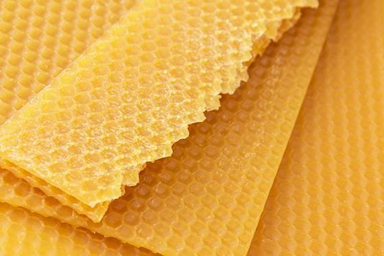 Na výrobu voskovaných ubrousků můžeme využít i mezistěny z včelího vosku.