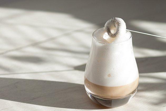 Základem Caffe Latte je bohatě napěněné mléko.