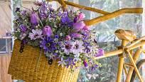 Květiny v košíku jsou nádherná dekorace i skvělý dárek.