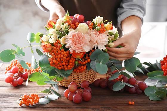Aranžování řezaných květin do košíku je radost i zábava.