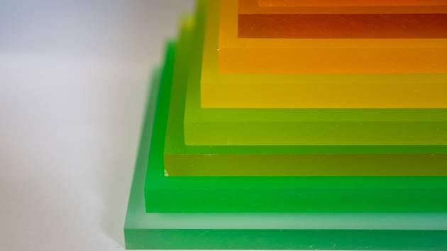 Plexisklo se dá i barvit. Často se pak používá jako materiál pro výrobu reklamních předmětů.
