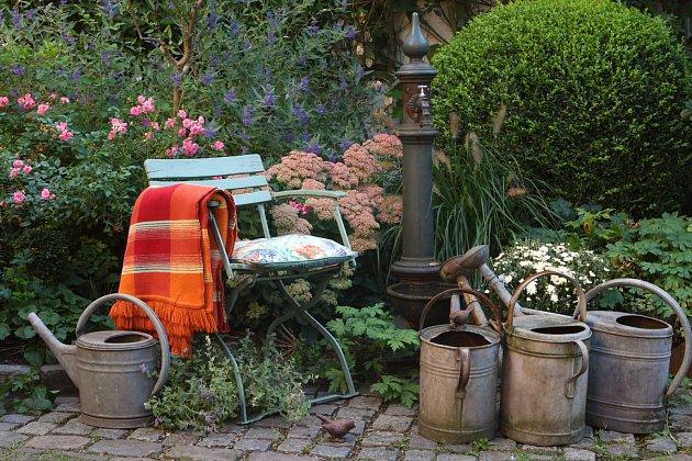 posezení na zahradě s konvemi a chryzantémou