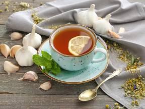 Nasaďte česnek na letní virózy a popíjejte pravidelně čaj.