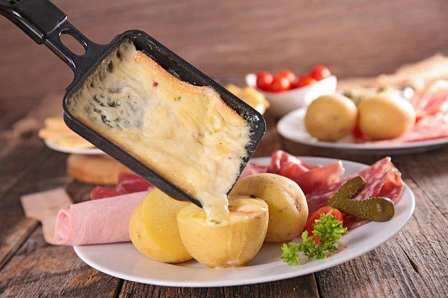 Sýr rozehřátý na raclette pánvičce je výtečný na brambory