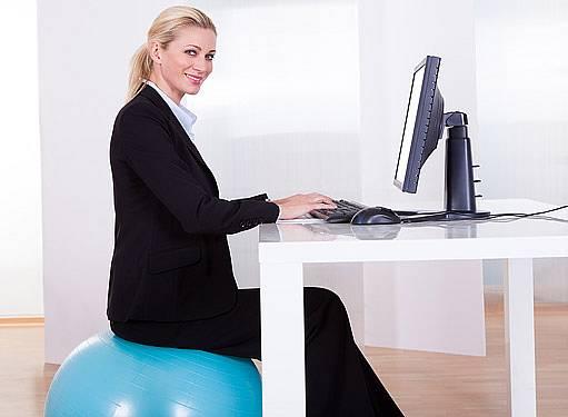 Sezení na gymnastickém míči pomůže správnému držení těla