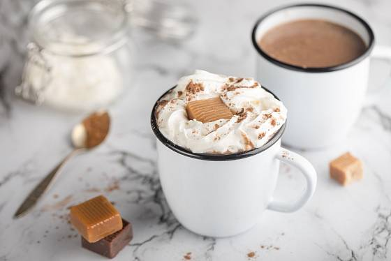 Karamelovou horkou čokoládu můžete ozdobit šlehačkou a karamelkou.