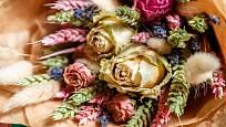 Kytice z usušených květin.