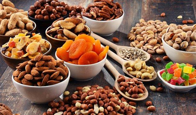 Sušené ovoce i různé ořechy patří ke kaloricky vydatným potravinám.