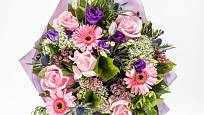 Gerbery součástí kytice v pastelových barvách.