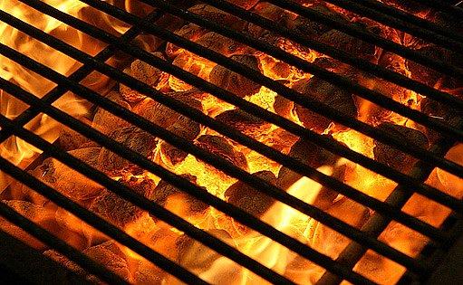 grilování na dřevěném uhlí