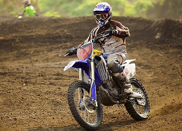 Motocross bývá spojen s velkou rychlostí a vibracemi, hrozí u něj zvýšené riziko úrazů.