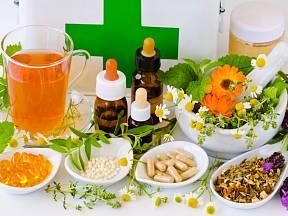 Do přírodní lékárničky na cesty se hodí i bylinné tinktury a tobolky