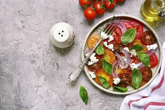 Aby byl salát barevnější, sáhněte i po jiných druzích rajčat.