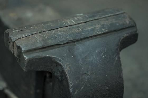 Čelisti svěráku musí být mimořádně odolné, proto bývají ocelové