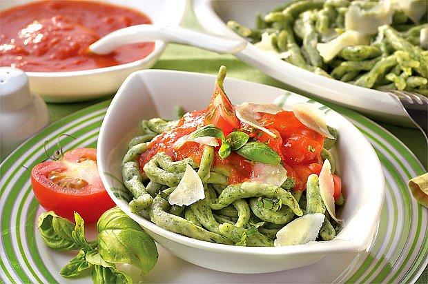 Nudle z listového špenátu, s rajčatovým přelivem