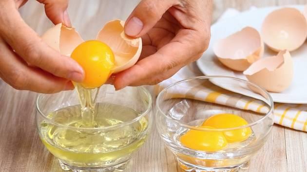 Vaječné žloutky opatrně oddělíme od bílků.