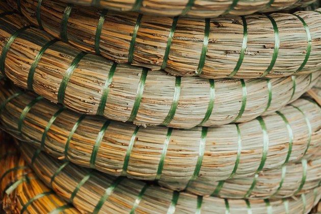 Základ věnce si můžete připravit sami pečlivým svazováním dlouhých travních stébel.