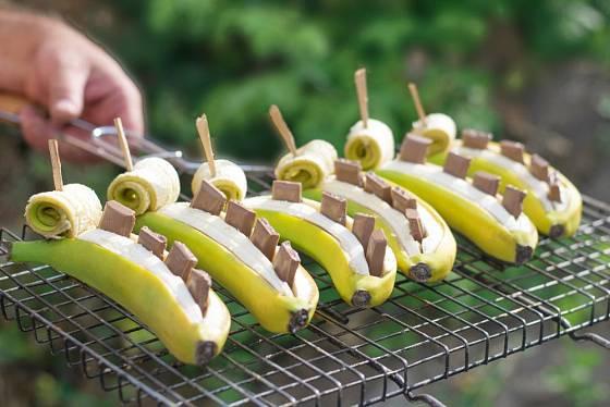 Banány plněné čokoládou, připravené na gril