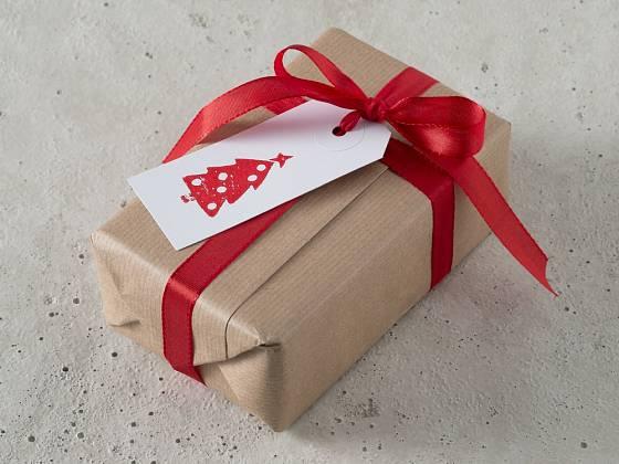 Jmenovka přizdobená razítkem s vánočním motivem.