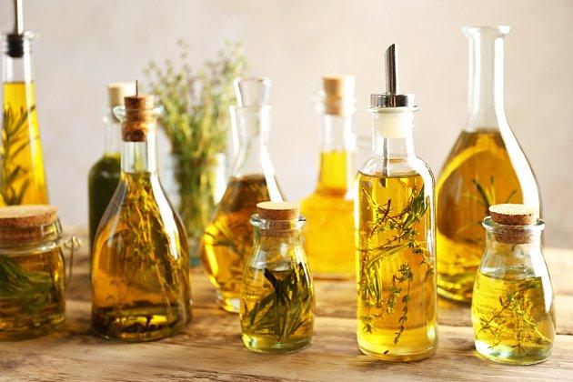 Bylinky naložené do olivového oleje